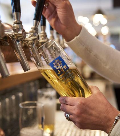 Genießen Sie unsere Bierspezialitäten.
